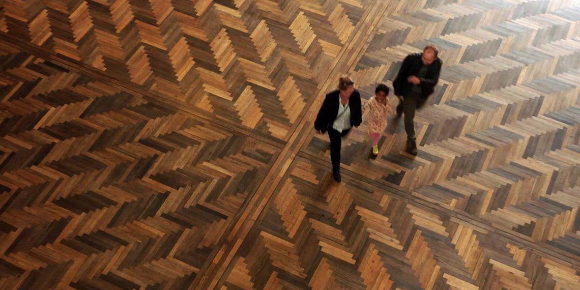 Gulvene i rådhushallen er belagt med 7.000 år gammelt moseeg